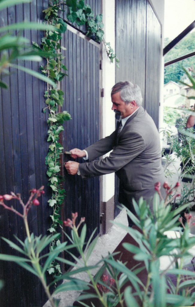 Jurij Malovrh, župan Občine Šentjur, odklepa vrata novega doma