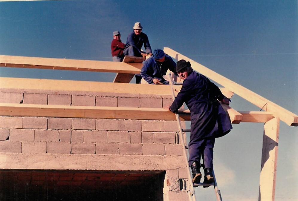 Delo na ostrešju – od spodaj navzgor:  Ivan Tovornik, Franc Mlakar, Adi Lončar, Štefek Planko
