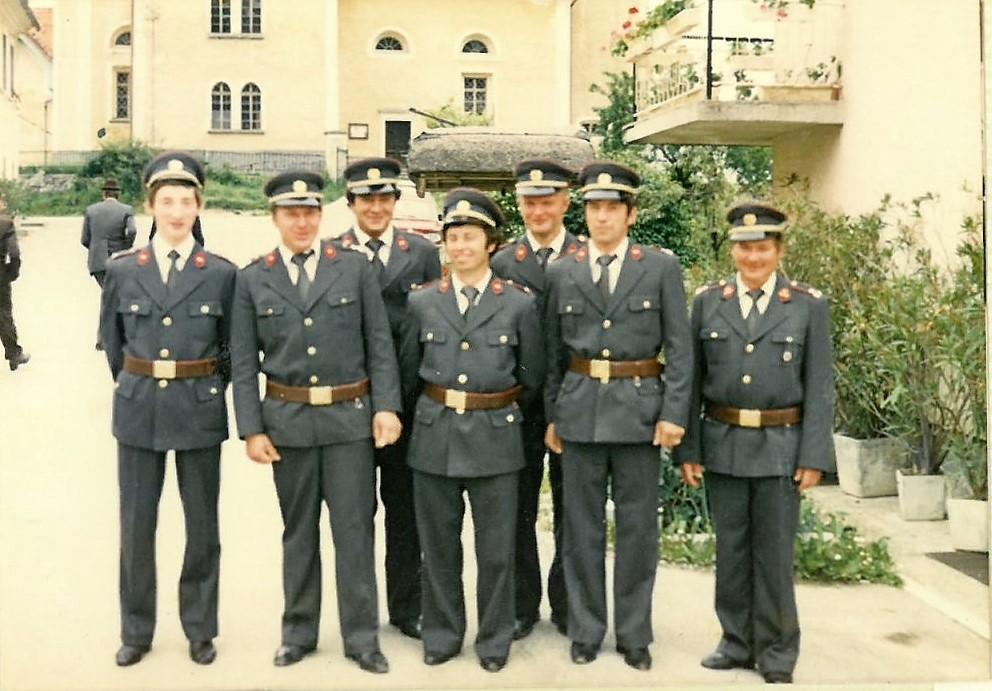 Gasilci v prvih svečanih uniformah Na sliki so (od leve proti desni): David Salobir, Marjan Kovačič, Jože Rabuza, Franc Planko, Jože Volasko, Jože Hrastnik in Edi Kovačič.