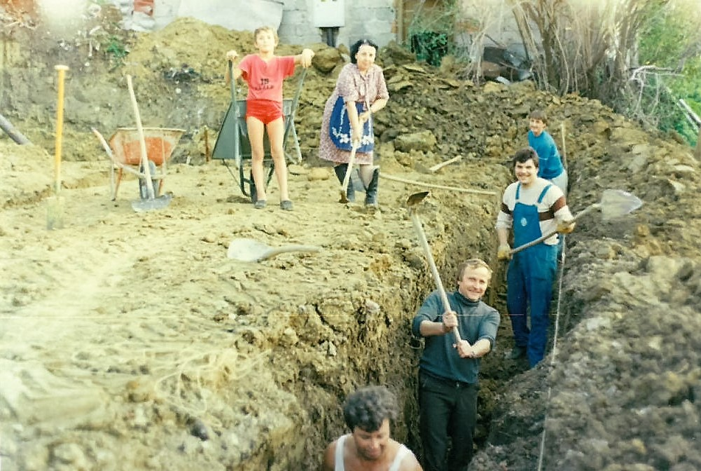 Izkop temeljev za novi gasilski dom Na sliki Franc Planko, Franc Leskovšek, Adi Lončar, Vinko Bezgovšek,  Jožica Salobir in Andrej Rebernik.