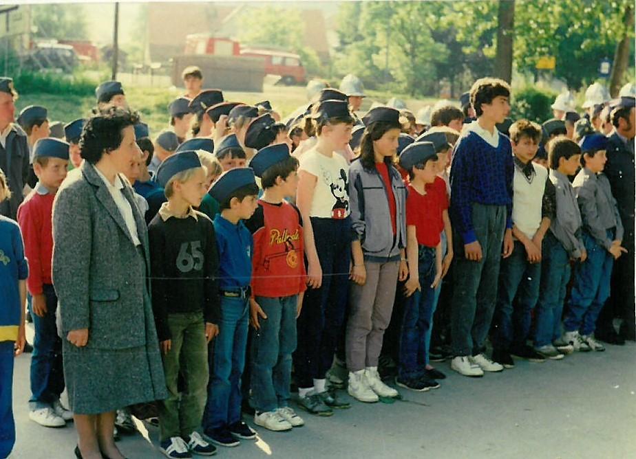 Mentorica Jožica Salobir z ekipo pionirjev na občinskem tekmovanju v Šentjurju leta 1987