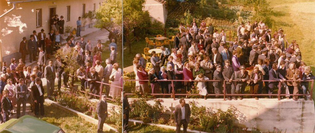 Občinstvo spremlja demonstracijsko vajo gašenja pri domačiji Gračner