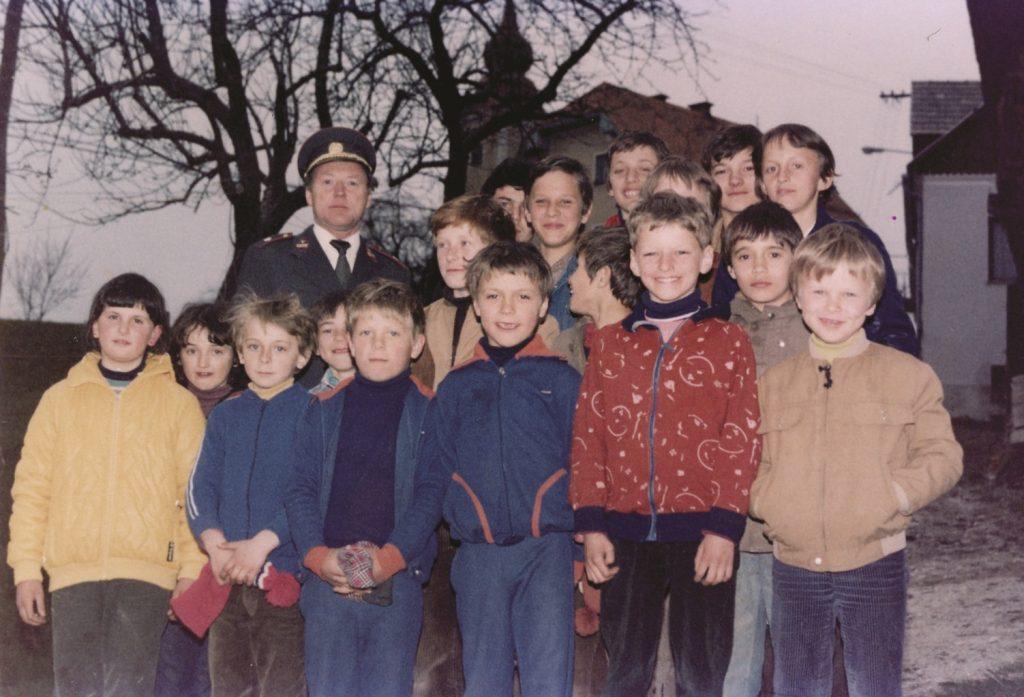 Pionirji na občnem ustanovnem zboru društva Mladi gasilec v OŠ Dobje, 15. marec 1982