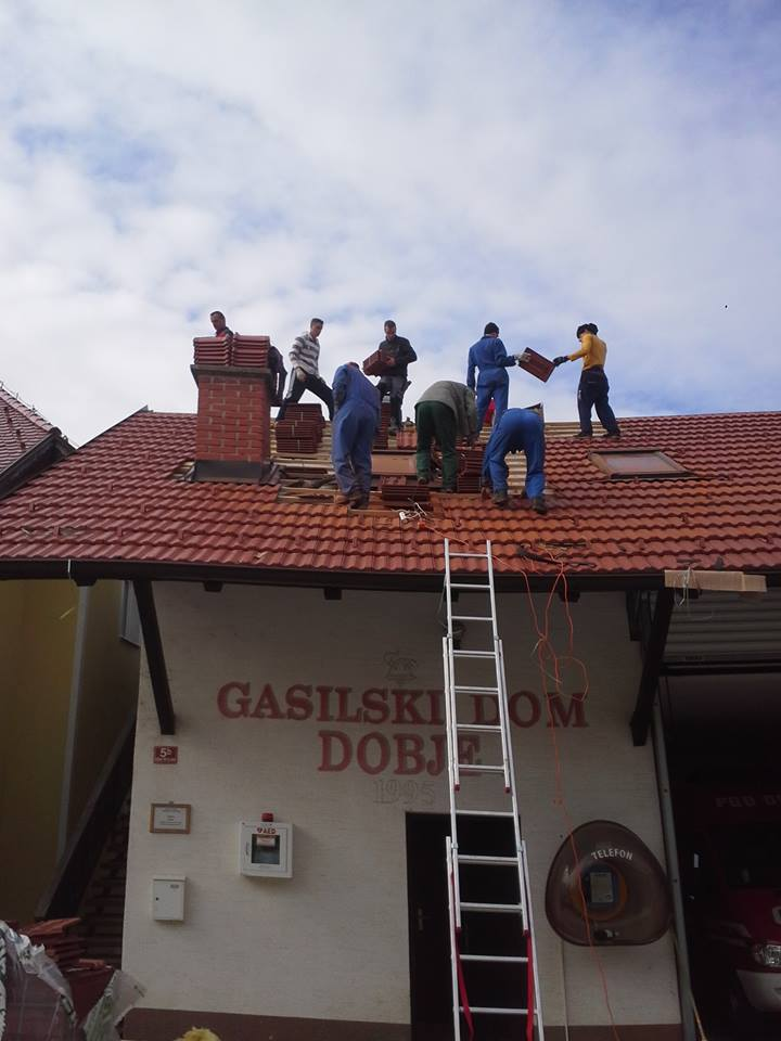 Naši gasilci prekrivajo streho