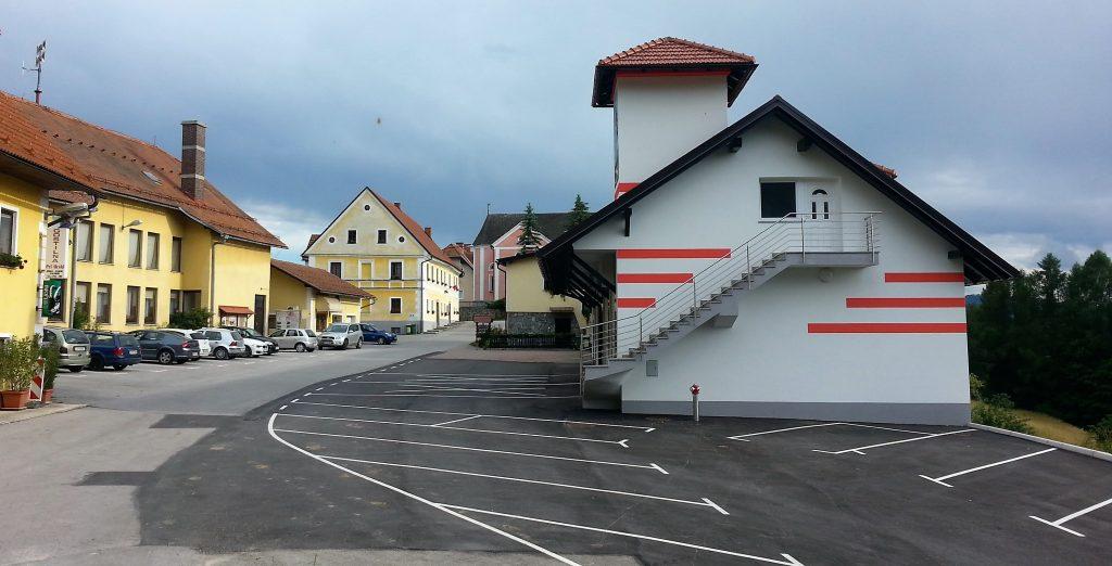 Urejeno dvorišče s parkirnimi prostori