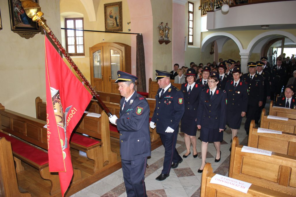 Veterani sodelujejo pri vseh pomembnih dogodkih, tudi pri gasilski maši Prapor nosi veteran Alojz Antlej