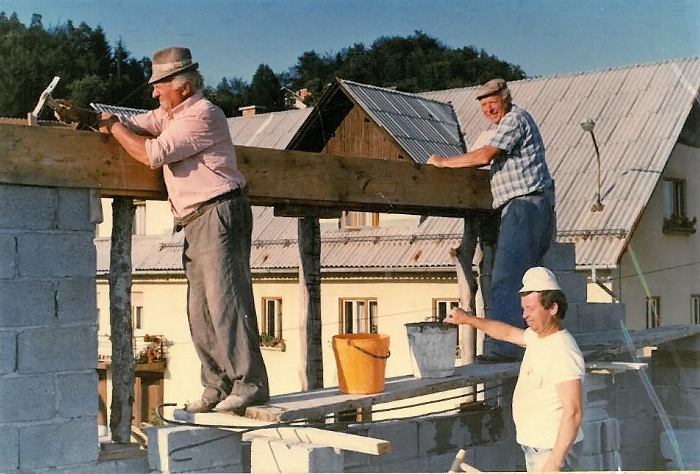 Zidak na zidak z dobro voljo postavljajo Jože Volasko, st., Edi Novak in Franc Planko